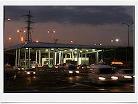 Night fells on the IDF checkpoint on road 443. Photo by Quique Kierszenbaum