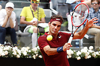 Lo svizzero Roger Federer in azione nel corso degli Internazionali d'Italia di tennis a Roma, 11 maggio 2016.<br /> Switzerland's Roger Federer returns the ball to Germany's Alexander Zverev at the Italian Open tennis tournament, in Rome, 11 May 2016.<br /> UPDATE IMAGES PRESS/Isabella Bonotto