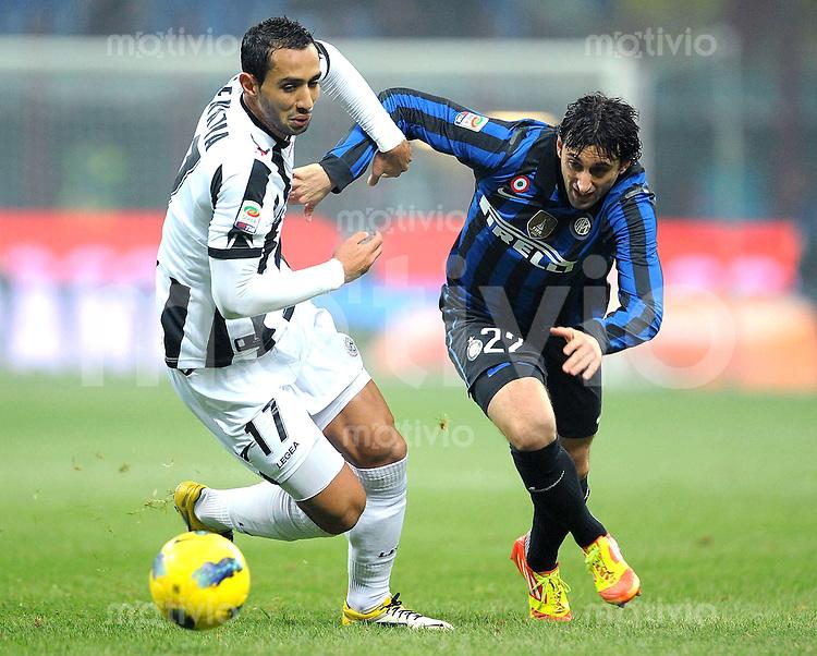 FUSSBALL INTERNATIONAL   SERIE A   SAISON 2011/2012    Inter Mailand - Udinese Calcio   03.12.2011 Benatia (li, Udinese Calcio) gegen Diego Milito (Inter Mailand)
