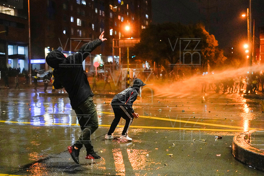 BOGOTA - COLOMBIA, 21-11-2019: Desordenes causados por delincuentes mientras miles de manifestantes salieron a las calles de Bogotá para unirse a la jornada de paro Nacional en Colombia hoy, 21 de noviembre de 2019. La jornada Nacional es convocada para rechazar el mal gobierno y las decisiones que vulneran los derechos de los Colombianos. / Disorders caused by criminals while thousands of protesters took to the streets of Bogota to join the National Strike day in Colombia today, November 21, 2019. The National Strike is convened to reject bad government and decisions that violate the rights of Colombians. Photo: VizzorImage / Diego Cuevas / Cont