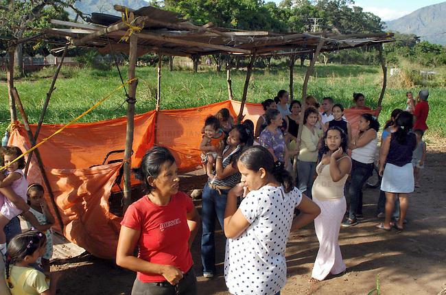 Landbesetzung in Relleno Sanitario de Punta Cabito<br /> In der Gemeinde Relleno Sanitario de Punta Cabito im Bundesstaat Carabobo haben die Bewsohner Land eines Grossgrundbesitzers besetzt um es nach 30 Jahren ohne Nutzung zu bebauen. Nach der bolivarianischen Verfassung ist die Enteignug von Boden moeglich, wenn keine Steuern gezahlt werden und die Laendereien brach liegen.<br /> 12.11.2004, Relleno Sanitario de Punta Cabito / Venezuela<br /> Copyright: Christian-Ditsch.de<br /> [Inhaltsveraendernde Manipulation des Fotos nur nach ausdruecklicher Genehmigung des Fotografen. Vereinbarungen ueber Abtretung von Persoenlichkeitsrechten/Model Release der abgebildeten Person/Personen liegen nicht vor. NO MODEL RELEASE! Nur fuer Redaktionelle Zwecke. Don't publish without copyright Christian-Ditsch.de, Veroeffentlichung nur mit Fotografennennung, sowie gegen Honorar, MwSt. und Beleg. Konto: I N G - D i B a, IBAN DE58500105175400192269, BIC INGDDEFFXXX, Kontakt: post@christian-ditsch.de<br /> Bei der Bearbeitung der Dateiinformationen darf die Urheberkennzeichnung in den EXIF- und  IPTC-Daten nicht entfernt werden, diese sind in digitalen Medien nach &sect;95c UrhG rechtlich geschuetzt. Der Urhebervermerk wird gemaess &sect;13 UrhG verlangt.]