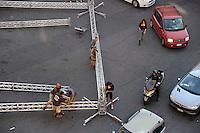 Operai mentre lavorano al montaggio di un palco per un concerto musicale. .Workers during  preparing  a stage for a concert.