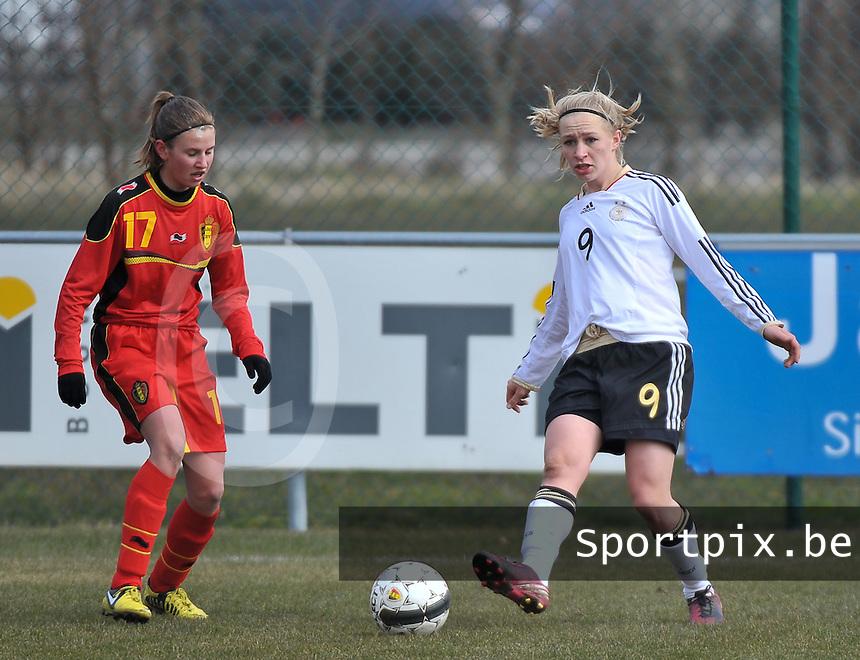 Belgie U17 - Duitsland U17 : Pauline Bremer aan de bal voor Chloe Van Mingeroet.foto DAVID CATRY / Vrouwenteam.be