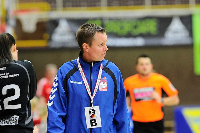 BENSHEIM, DEUTSCHLAND - MAERZ 15: 2. Spieltag in der Abstiegsrunde der Handball Bundesliga Frauen (HBF) in der Saison 2013/2014 zwischen dem Tabellenletzten HSG Bensheim/Auerbach (rot) und dem Tabellenersten der Abstiegsrunde, der HSG Blomberg-Lippe (blau) am 15. Maerz 2014 in der Weststadthalle Bensheim, Deutschland. Endstand 29:32. (16:15)<br /> (Photo by Dirk Markgraf/www.265-images.com) *** Local caption *** Trainer Andre Fuhr von der HSG Blomberg-Lippe