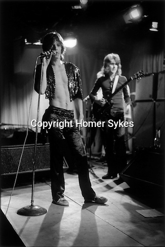 ROLLING STONES 1971 REHEARSAL AT THE INSTITUTE OF CONTEMPORARY ART (ICA) LONDON. MICK JAGGER, 1970'S MICK TAYLOR IN BACKGROUND