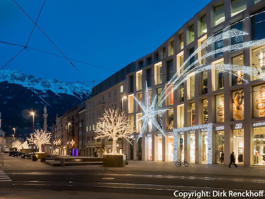 weihnachtlich beleuchtete Maria-Theresien-Straße vor dem Karwendel, Innsbruck, Tirol, Österreich