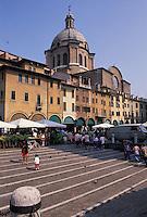 Mantova, Piazza delle Erbe, la cupola della basilica di Sant'Andrea.<br /> Mantua, Piazza delle Erbe, the dome of the basilica of St. Andrea.