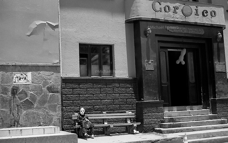 02.2010  Coroico (Bolivia)<br /> <br /> Enfant déguisé assis sur un banc a coté de l'hotel de ville de Coroico pendant le carnaval.<br /> <br /> Child dressed sitting in a banch near the town hall of Coroico during carnaval.