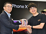 iPhone Xs, Apple, KDDI, au, September 21, 2018, Tokyo, Japan : The first customer (R) receives Apple's iPhone Xs from Makoto Takahashi, President of KDDI Corporation during a launch event for Apple New iPhone Xs and Xs Max at the KDDI's au Shinjuku store in Tokyo, Japan, on September 21, 2018. (Photo by AFLO)