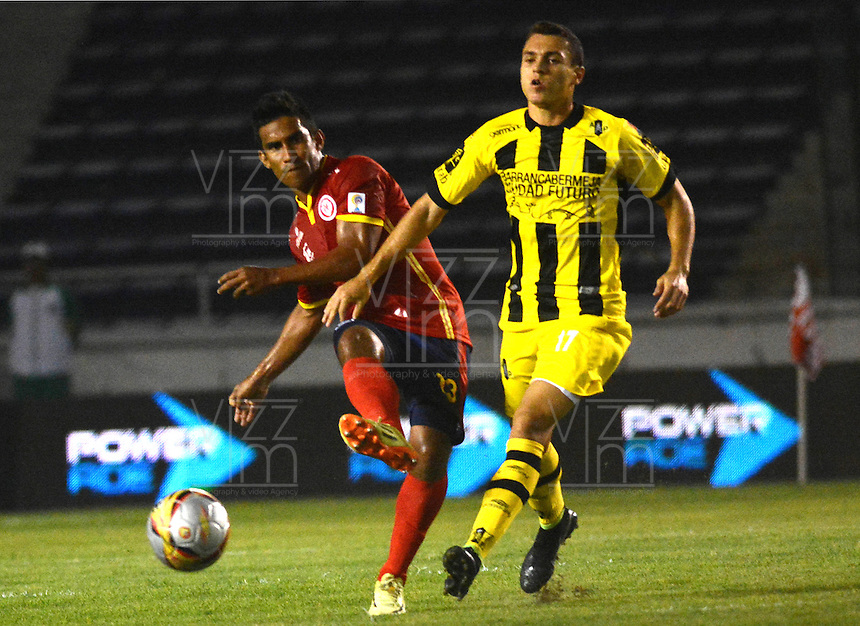 BARRANQUILLA  -COLOMBIA, 2-FEBRERO-2015. Jose Amaya jugador de Uniautonoma disputa el balon  contra  Daniel Santa  de Alianza Petrolera durante partido por la fecha 1 de la Liga &ccedil;guila I 2015 jugado en el estadio Metropolitano  de la ciudad de Barranquilla./ Jose Amaya player of Uniautonoma fights the ball against   Daniel Santa of Alianza Petrolera during the match for the first date of the Aguila League I 2015 played at Metropolitano  stadium in Barranquilla city<br />  . Photo / VizzorImage / Alfonso Cervantes / Stringer