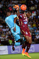IBAGUE - COLOMBIA -  07-02-2017: Angelo Rodriguez (Der.) jugador de Deportes Tolima disputa el balón con Carlos Bejarano (Izq.) portero de America, durante partido por la fecha 2 de la Liga Aguila I 2017 entre Deportes Tolima y America de Cali, jugado en el estadio Manuel Murillo Toro de la ciudad de Ibague. / Angelo Rodriguez (R) player of  Deportes Tolima vies for the ball with Carlos Bejarano (L) goalkeeper of America, during a match for the date 2 of the Aguila League I 2017, between Deportes Tolima and America de Cali, played at Manuel Murillo Toro stadium in Ibague city. Photo: VizzorImage / Juan Carlos Escobar / Cont.
