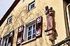 """Hausmadonna aus Rotsandstein (1931) vom Bildhauer Heinz Müller-Olm an der Fassade der """"Wirtschaft zur schönen Aussicht"""""""