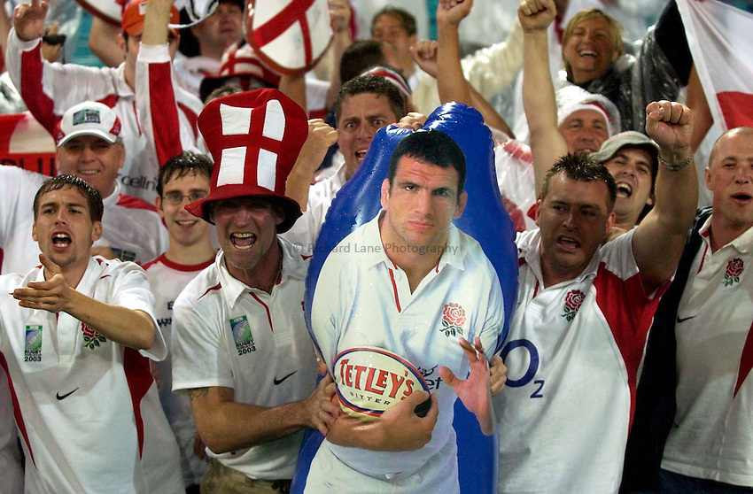 Photo. Richard Lane. .France v England. Semi-final at the Telstra Stadium, Sydney. RWC 2003..16/11/2003..England fans.