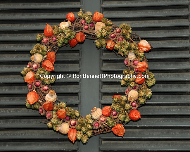 "Christmas wreath Colonial Williamsburg, Colonial Williamsburg Virginia is historic district 1699 to 1780 which made colonial Virgnia's Capital, for most of the 18th century Williamsburg was the center of government education and culture in Colony of Virginia, George Washington, Thomas Jefferson, Patrick Henry, James Monroe, James Madison, George Wythe, Peyton Randolph, and others molded democracy in the Commonwealth of Virginia and the United States, Motto of Colonial Williamsburg is ""The furture may learn from the past,"""