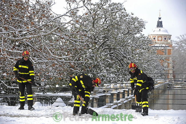 Members of the Spanish Army Emergency Unit (UME )clean the streets of Aranjuez, near Madrid on January 11, 2010,  after heavy snowfall of the night. (c)Pedro ARMESTRE