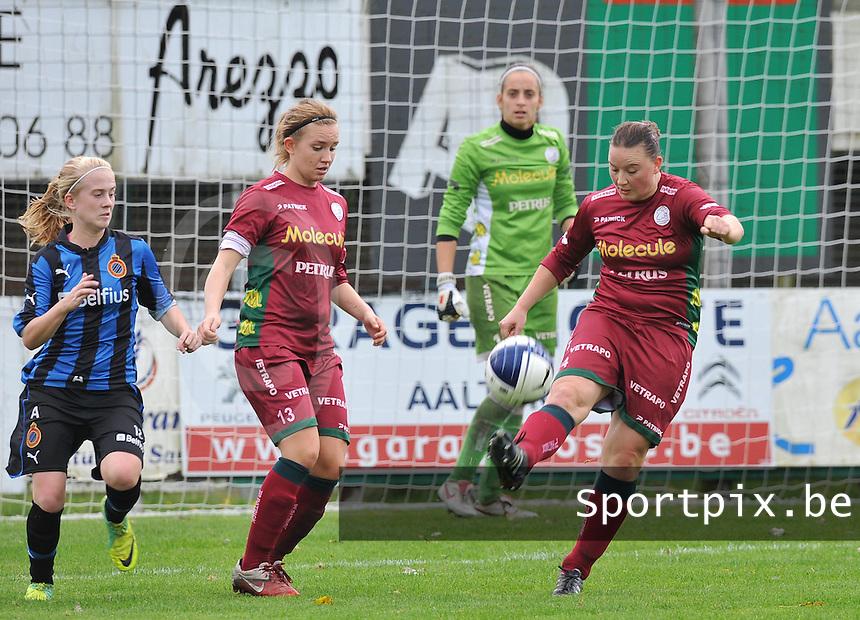 Club Brugge Dames - Dames Zulte Waregem : Liselore Carlier haalt de bal weg voor de toekijkende Silke Demeyere (links) en Catherine Szynal.foto DAVID CATRY / Vrouwenteam.be