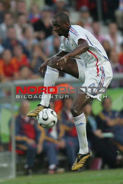 FIFA WM 2006 -  Round of Sixteen - / Achtelfinale<br /> Play    #56  (27-Jun) - Spanien - Frankreich 1:3<br /> <br /> Patrick Vieira von Frankreich in Einzel Aktion.<br /> Patrick Vieria stoppt den Ball in der Luft.<br /> Patrick Vieria erzielte das Tor zum 2:1 f&uuml;r Frankreich.<br /> <br /> Foto &copy; nordphoto
