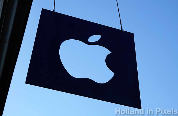 Nederland - Amsterdam -  Februari 2019. Apple logo. Apple logo aan de gevel van de Apple store op het Leidseplein.  Foto Berlinda van Dam / Hollandse Hoogte