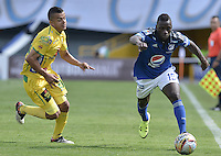 BOGOTA - COLOMBIA -27 -09-2015: Deiver Machado (Der) jugador de Millonarios disputa el balón con Omar Duarte (Izq) jugador de Atlético Huila durante por la fecha 14 de la Liga Águila II 2015 jugado en el estadio Nemesio Camacho El Campín de la ciudad de Bogotá./ Deiver Machado (R) player of Millonarios fights for the ball with Omar Duarte (L) player of Atletico Huila during the match for the date 14 of the Aguila League II 2015 played at Nemesio Camacho El Campin stadium in Bogota city. Photo: VizzorImage / Gabriel Aponte / Staff.