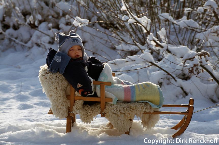 Deutschland, Hamburg, Kind im Schnee