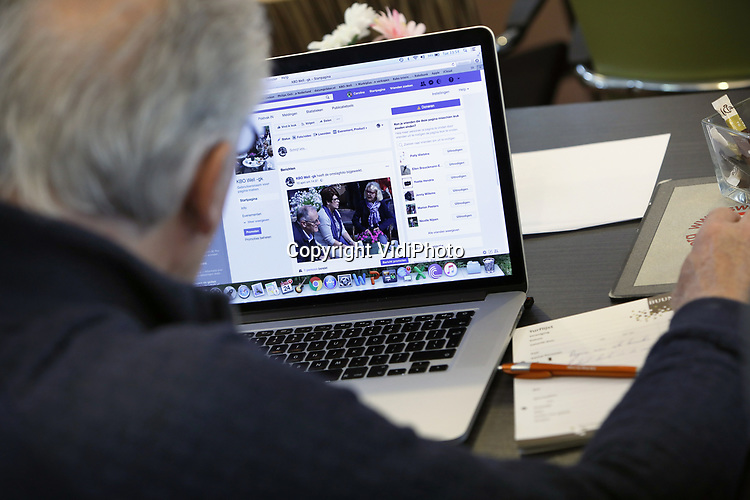 Foto: VidiPhoto<br /> <br /> GENNEP &ndash; Ouderen krijgen dinsdag in Gennep een cursus social media. De cursus wordt gegeven door Annet van Betuw van Van Betuw Advies.