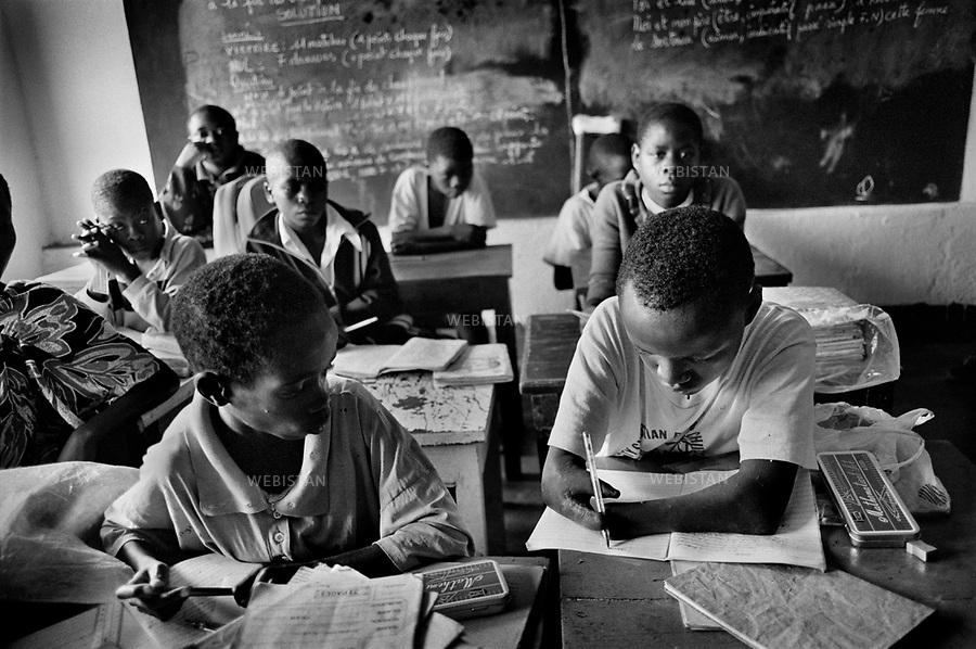 1995. Zaire. Democratic Republic of the Congo (DRC). Sud-Kivu Province. Bukavu. Class of deficient children in at the Heri-Kwetu Centre which has for mission to help mentally handicapped children, children with motor disability, children suffering from deafness, muteness or blindness. Zaïre. République Démocratique du Congo (RDC). Province du Sud-Kivu. Bukavu. Classe d'enfants déficients au Centre Heri-Kwetu qui a pour mission d'aider les enfants handicapés mentaux et moteurs, les sourds et muets, et les aveugles.