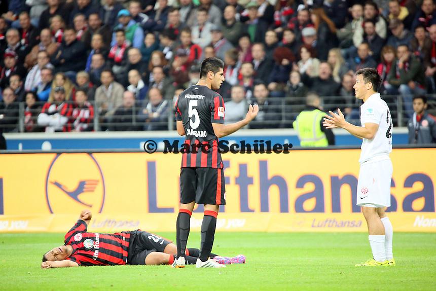 Shinji Okazaki (Mainz) hat Timothy Chandler gefoult und diskutiert mit Carlos Zambrano (Eintracht) - Eintracht Frankfurt vs. 1. FSV Mainz 05, Commerzbank Arena