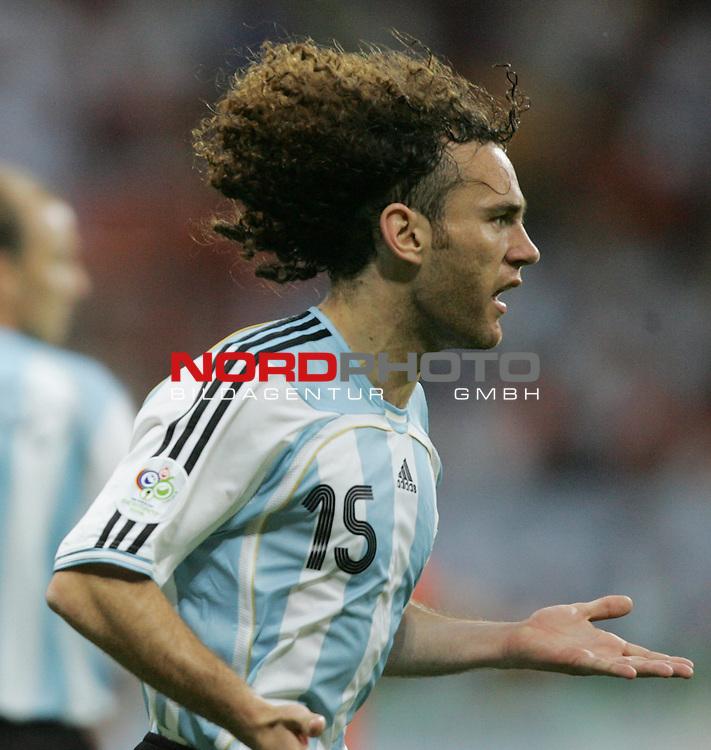 FIFA WM 2006 -  Gruppe C Vorrunde ( Group C )<br /> Play     #37 (21-Jun) - Niederland ( Holland ) - Argentinien 0:0<br /> <br /> Gabriel Milito von Argentinien in Einzel Aktion.<br /> Gabriel Milito mit fliegenden Haaren.<br /> <br /> Foto &copy; nordphoto