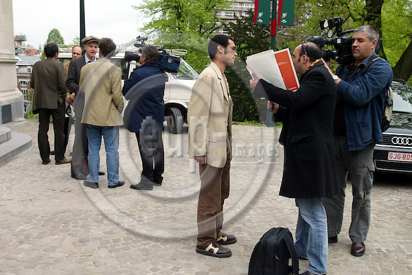 BRUSSELS - BELGIUM - 26 APRIL 2005 --TV Journalists interviewing NGO representatives.-- PHOTO: ERIK LUNTANG / EUP-IMAGES..