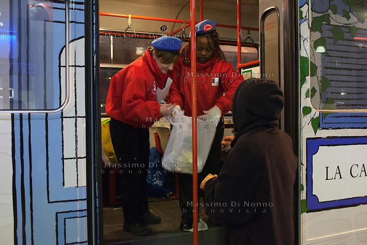 Milano: volontari dei City Angels distribuiscono abiti ai senzatetto nel centro di Milano durante i giorni di grande freddo.
