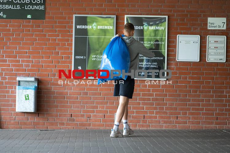 07.07.2020, Trainingsgelaende am wohninvest WESERSTADION,, Bremen, GER, 1.FBL, Werder Bremen - der Tag nach Heidenheim, im Bild<br /> <br /> <br /> Ludwig Augustinsson (Werder Bremen #05) mit Muellsack<br /> <br /> <br /> Foto © nordphoto / Kokenge