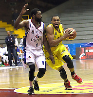 BOGOTA -COLOMBIA, 6-MARZO-2015.  Vee Sanford de Bucaros en accion contra Guerreros de Bogota durante partido de la quinta fecha de la Liga DIRECTV de baloncesto 2015 jugado en el coliseo el Salitre .Guerreros se impuso 92-87 a Bucaros. / Vee Sanford  of Bucaros in action against Guerreros of Bogota during  game of  the fifth round of the liga  DIRECTV 2015 of Basketball  played at the Coliseum Salitre .Guerreros won 92-87 to Bucaros . Photo / VizzorImage / Felipe Caicedo  / Staff