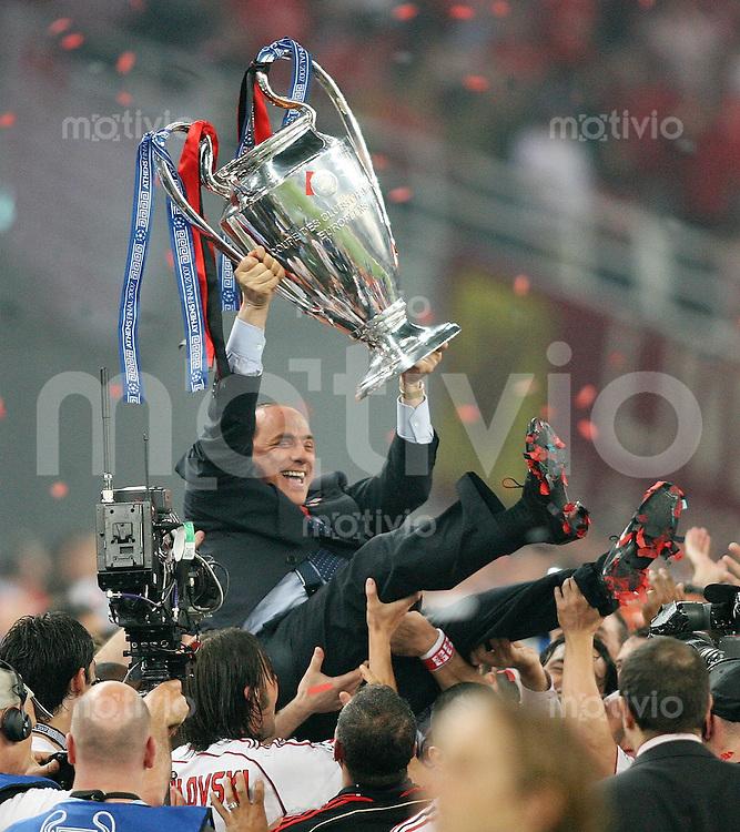 Fussball CHL Finale AC Mailand - FC Liverpool JUBEL Mailand ; Silvio Berlusconi mit Champions League Pokal