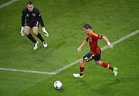 FUSSBALL  EUROPAMEISTERSCHAFT 2012   VORRUNDE Spanien - Irland                     14.06.2012 Torwart Shay Given (li, Irland) gegen Fernando Torres (re, Spanien)