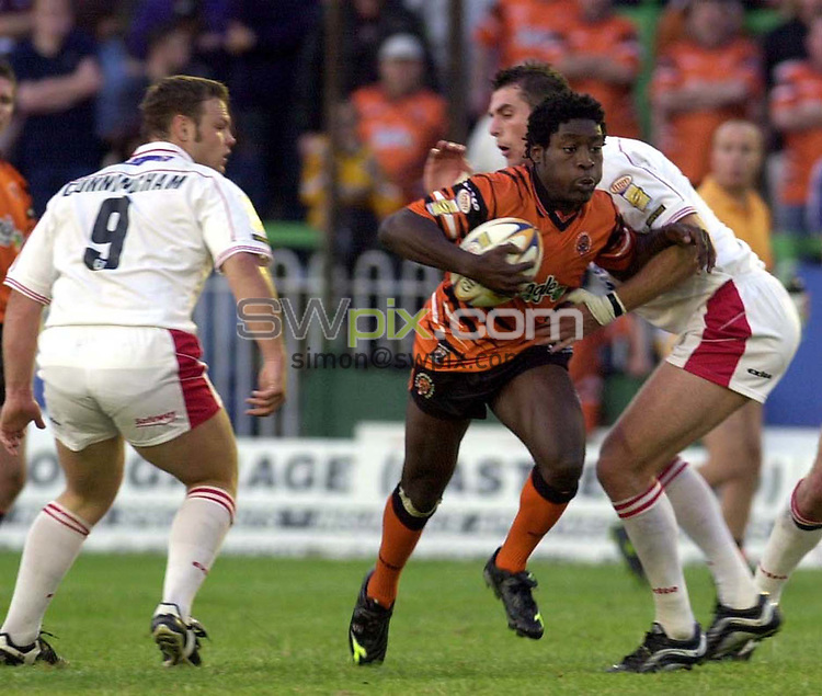 Pix: Matthew Lewis/SWpix. Super League Rugby. Castleford v St. Helens. 03/08/2001..COPYWRIGHT PICTURE>>SIMON WILKINSON>>01943 436649>>..Castleford's Waine Pryce breaks through the St Helens defence as Kieron Cunningham looks on.