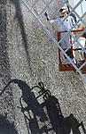 Foto: VidiPhoto<br /> <br /> ARNHEM &ndash; De wieken van de Poldermolen in het Nederlands Openluchtmseum in Arnhem krijgen maandag een nieuwe verflaag. Waar normaal gesproken eenmaal in de 5-10 jaar een schilder aan de slag moet, staat de Arnhemse grondzeiler vaker op de herstellijst. Aalscholvers hebben de molen namelijk uitgekozen als uitvalsbasis voor hun lunch. Vanaf de wieken houden ze de naastgelegen vijver scherp in de gaten, duiken vanaf die plek op hun prooi in het water en verorberen daar ook de versgevangen vis. Vervolgens legen ze hun darmen op de molenwieken en verzuren zo razendsnel het schilderwerk. Om te voorkomen dat het historische monument te veel beschadigd, is een extra schilderbeurt de enige remedie.