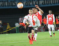 BOGOTA -COLOMBIA, 18-08-2016. Yeison Gordillo (Der) jugador de Independiente Santa Fe de Colombia   disputa el balón con Andres D Alessandro (Izq) del River Plate de Argentina  durante pimer encuentro de ida  de la Recopa Sudamerica disputado en el estadio Nemesio Camacho El Campín./ Yeison Gordillo (R) player of Independiente Santa Fe of Colombia fights for the ball with Andres D Alessandro (L) of River Plate of Argentina during the first leg of the Recopa Sudamerica played at the Nemesio Camacho El Campin Stadium . Photo:VizzorImage / Felipe Caicedo  / Staff