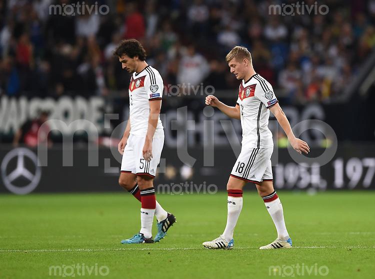 Fussball International EM 2016-Qualifikation  Gruppe D  in Gelsenkirchen 14.10.2014 Deutschland - Irland Mats Hummels (links) und Toni Kroos (beide Deutschland) enttaeuscht.