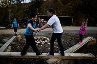 Ohio, Usa. Oktober 2016. Fin (10) og Delaney (12) lekeslåss på en trebenk utenfor huset. Fotografier til dokument om valget i Usa og Appalachene. Foto: Christopher Olssøn