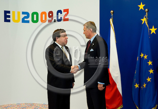 Brussels-Belgium - 01 March 2009 -- Extraordinary European Council, informal EU-summit under Czech Presidency; here, Mirek TOPOLANEK (ri)(Topolánek), Prime Minister of Czech Republic, welcomes Brian COWEN (le), Prime Minister of Ireland -- Photo: Horst Wagner / eup-images
