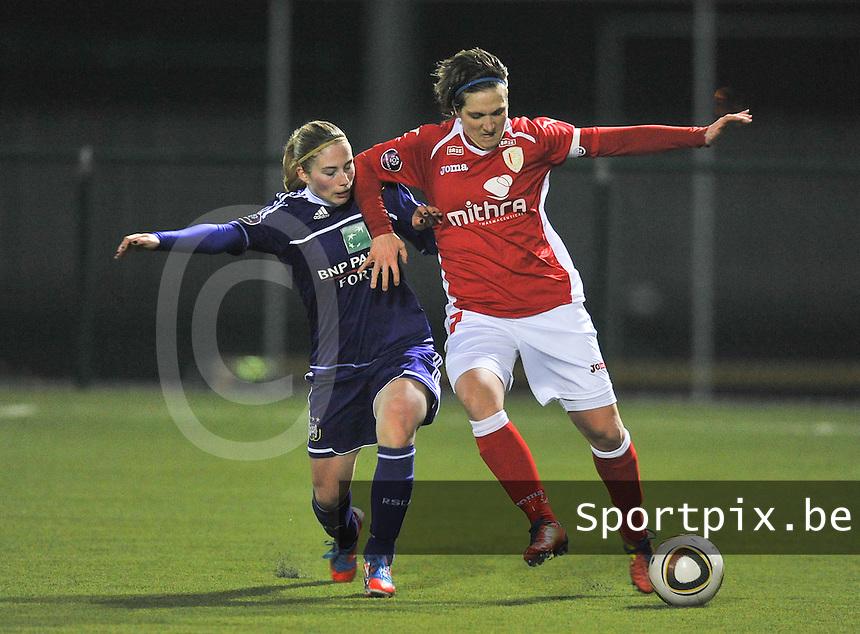 RSC Anderlecht - Standard Femina : Maud Coutereels in duel met Jana Coryn (links).foto DAVID CATRY / Vrouwenteam.be