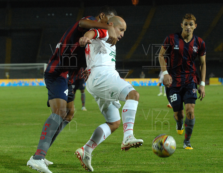 BOGOTÁ -COLOMBIA, 21-01-2015. Andres Varon (Izq.) jugador de Union Magdalena disputa el balón con Carlos Rodas (Der) de Cortulua durante partido Union Magdalena y Cortulua, por la fecha 3 de los Cuadrangulares de Ascenso Liga Aguila 2015 jugado en el Estadio Nemesio Camacho El Campin de la ciudad de Bogotá. / Andres Varon (L) Union Magdalena vies for the ball with Carlos Rodas (R) player of Cortulua during match Union Magdalena and Cortulua for the date 3 of the Promotional Quadrangular Liga Aguila 2015 played at Nemesio Camacho El Campin Stadium in Bogotá city. Photo: VizzorImage/ Luis Ramirez / Staff