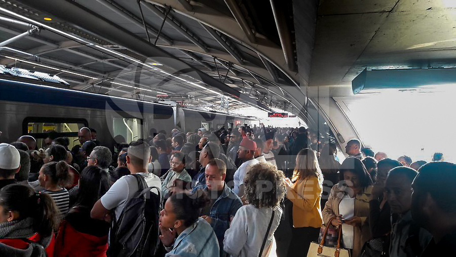 SAO PAULO, SP - 10.07.2017 - METRO-SP - Vista da estação Capão Redondo da linha 5 lilás, na manhã desta segunda-feira (10) na zona sul de São Paulo. Metro opera com dificuldades operacionais e tem suas plataformas de embarque interditadas devido a superlotação.<br /> <br /> (Foto: Fabricio Bomjardim / Brazil Photo Press)