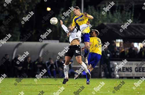 11-11-05 / Voetbal / seizoen 2011-2012 / KFC De Kempen - Witgoor Sport / Kevin Mertens (De Kempen) met een fout op Robbe Claes..Foto: Mpics
