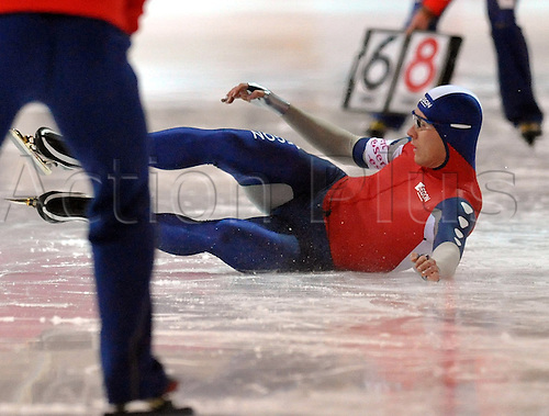 Dutch speed skater Stefan Groothuis falls during the 1000 m race at the Speed Skating World Cup in Berlin, Germany, 06 November 2009. Photo: Hendrik Schmidt/Actionplus