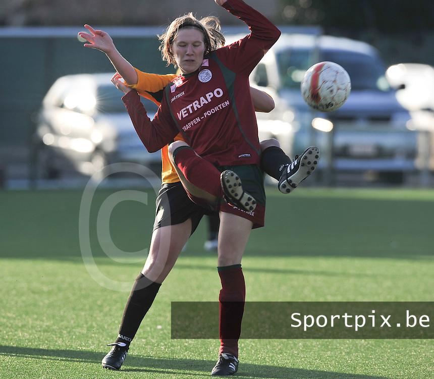 Dames Zulte Waregem - SK Lierse WD : Elien Ameye in duel.foto DAVID CATRY / Vrouwenteam.be