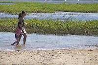 SAO PAULO, SP, 15.08.2015 - CLIMA-SP - Banhistas se refrescam na represa do Guarapiranga na zona sul de S&atilde;o Paulo neste s&aacute;bado, 15. A mais de uma semana sem chuvas, as temperaturas se mant&ecirc;m em alta na capital, ultrapassando os 25&ordm;. <br /> (Foto: Fabricio Bomjardim / Brazil Photo Press)