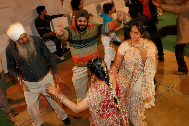 07.12.2008 Delhi(Haryana)<br /> <br /> People dancing during the wedding.<br /> <br /> Personnes en train de danser pendant le mariage.