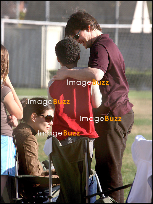 LA FAMILLE CRUISE, TOM, SON FILS CONOR ET SA FUTURE FEMME KATIE, ASSISTENT AU MATCH DE FOOTBALL DE ISABELLA, LA FILLE DE TOM, A LOS ANGELES..TOM CRUISE AND HIS KIDS CONOR AND ISABELLA AND KATIE HOLMES AT THE SOCCER GAME WATCHING TOM'S DAUGHTER PLAYING..LOS ANGELES, NOVEMBER 4, 2006.