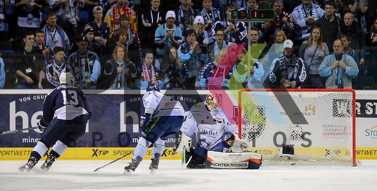 Eishockey DEL 2015 / 16 - 13.12.2015 26. Spieltag Hamburg Freezers vs. Straubing Tigers<br /> Foto: Das Tor zum 1:0 Torschuetze Christoph Schubert (Hamburg, l.) trifft gegen Goalie Matt Climie (Straubing, r. ) Mitte Dylan Yeo (Straubing) kommt zu spaet beim Spiel in der DEL, Hamburg Freezers - Straubing Tigers.<br /> <br /> Foto &copy; PIX-Sportfotos *** Foto ist honorarpflichtig! *** Auf Anfrage in hoeherer Qualitaet/Aufloesung. Belegexemplar erbeten. Veroeffentlichung ausschliesslich fuer journalistisch-publizistische Zwecke. For editorial use only.